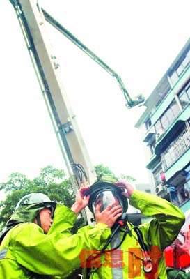 广州一居民楼发生火灾 地铁2号线一出口封闭(图)