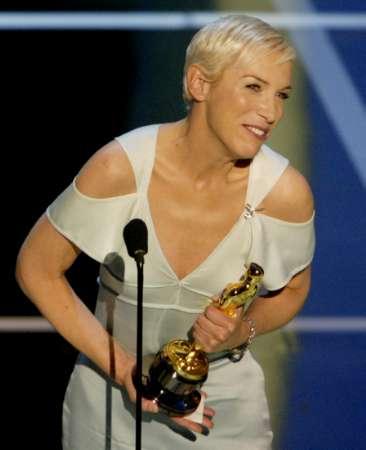 图文:奥斯卡颁奖-歌手Annie Lennox领奖