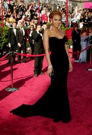 图文:碧昂斯一袭黑色低胸礼服踏上红地毯