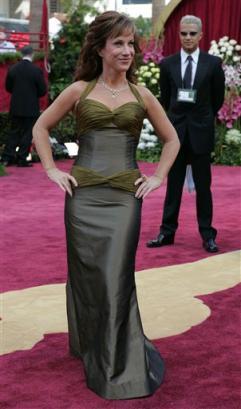 图文:女星凯茜-格里芬性感亮相红地毯