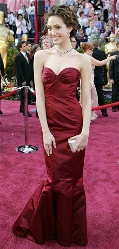 图文:女星埃米-罗萨姆紫红美人鱼装亮相