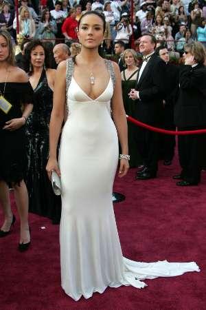 图文:特琳娜-莫雷诺白色贴身长裙尽显身材