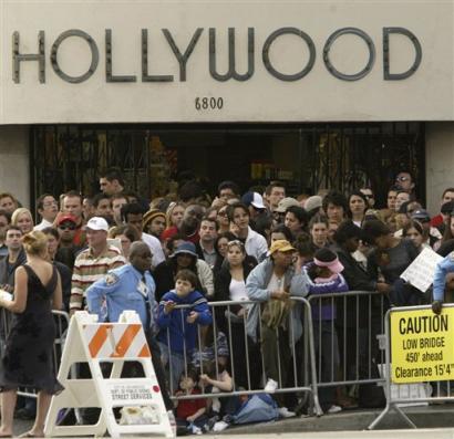 图文:奥斯卡fans聚集在通往会场的街道上