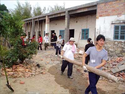 春节期间19名韩国学生到广东麻风村里做义工(组图)