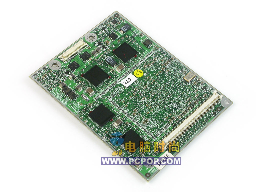 第4页:剥落外壳 清晰大图见识移动版最强显卡 这块显卡上下都用金属外壳包裹,只有需要散热的核心以及几个接口露在外面,为了进一步了解它,我们将外壳去掉了。  和GeForce 6800GT对比  除去外壳  背面  GeForce GO 6800核心   大功率电感    显存和电源芯片  供电接口  数据接口 这块不大的PCB给我们留下了深刻的印象,因为这块PCB虽然不大,但是上面密密麻麻的电容布满了整个PCB,这些电容是高频运行的一个重要保证,它们能够让信号更加的准确。