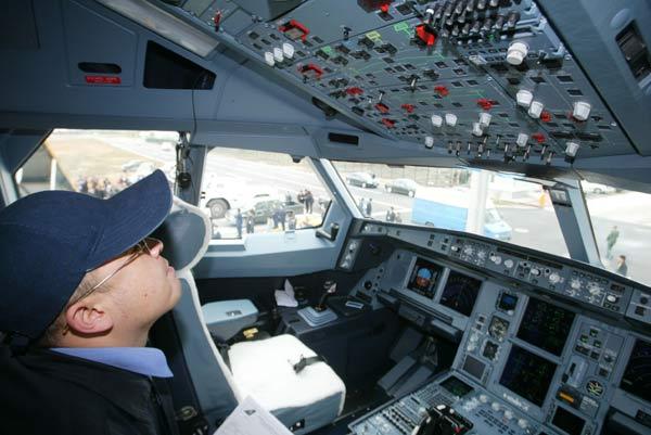 这是南航2003年9月向空客公司订购的4架a330-200飞机图片