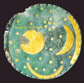 3月1日英国《卫报》报道,1999年在德国发现的内布拉星盘是迄今为止世界上发现的最古老星象图,被视为上世纪最伟大考古发现之一。但日前,一名德国权威考古学家突然宣布,这个3600年前的珍贵文物,至多只有300年历史,它是后人用硫酸和尿液浸泡做旧而成! 百万高价兜售不成却被捕 报道说,内布拉星盘是一块大小约为十来厘米、布满铜锈的暗绿色圆盘,圆盘上用黄金镶嵌着多颗星球图案,暗藏无数玄机。