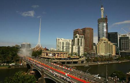 墨尔本举办赛事十周年庆典 F1赛车巡游正在进行