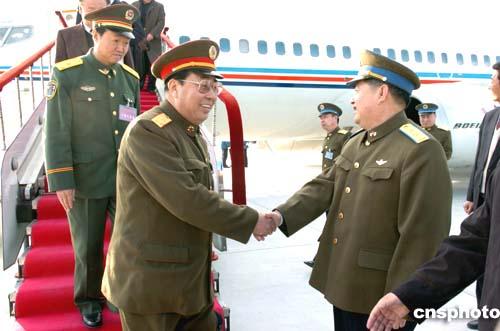 图:空军副司令员刘成军在机场迎接人大代表