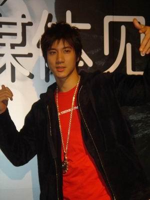 组图:王力宏携新专辑《心中的日月》空降上海