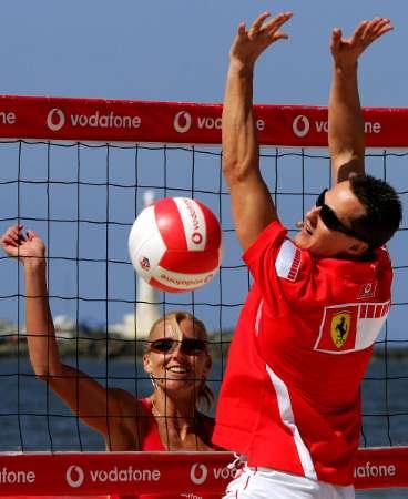 舒马赫享受沙滩排球 扣球还有板有眼