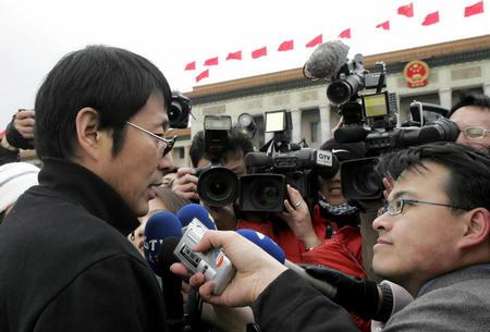 图文:政协代表接受采访(4)