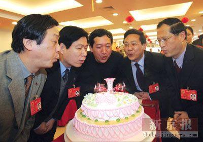 5位代表共度两会生日(图)