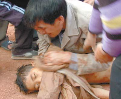 梅州民警冰冷塘里勇救溺童 窒息时间过长三少年遇难(组图)