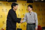 图文:常昊做客搜狐聊天 与主持人握手致意