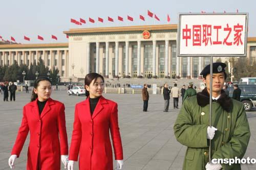"""图:""""两会""""服务生在天安门广场认真履行职责"""