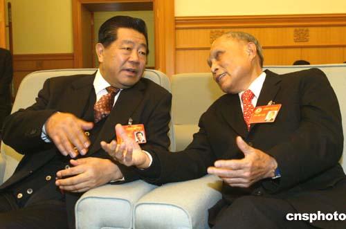 图:贾庆林与霍英东交谈