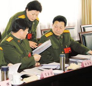 """压题照片:艾虎生,贾丹兵,钱南忠代表在讨论""""进一步加大兵员征集"""
