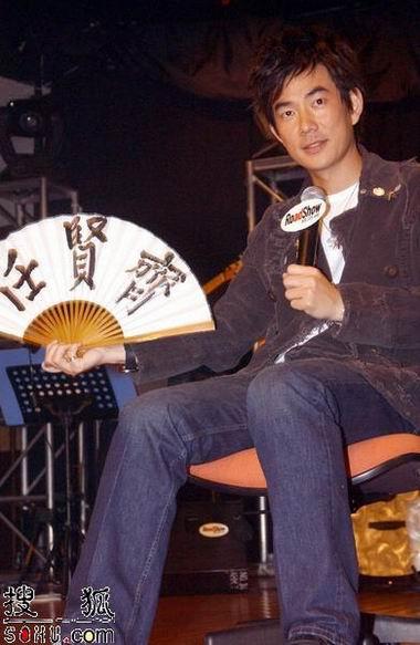 组图:任贤齐受伤后公开亮相 拄拐出席音乐会