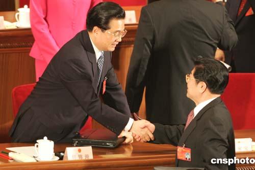 图文:胡锦涛与王兆国握手祝贺反分裂国家法高票通过