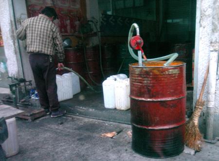 个脏兮兮的方形塑料桶