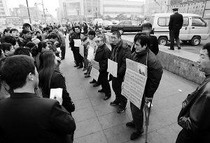 长春白血病儿家长集体上街求助(图)