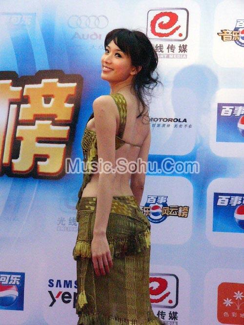组图:林志玲星光大道大展美背