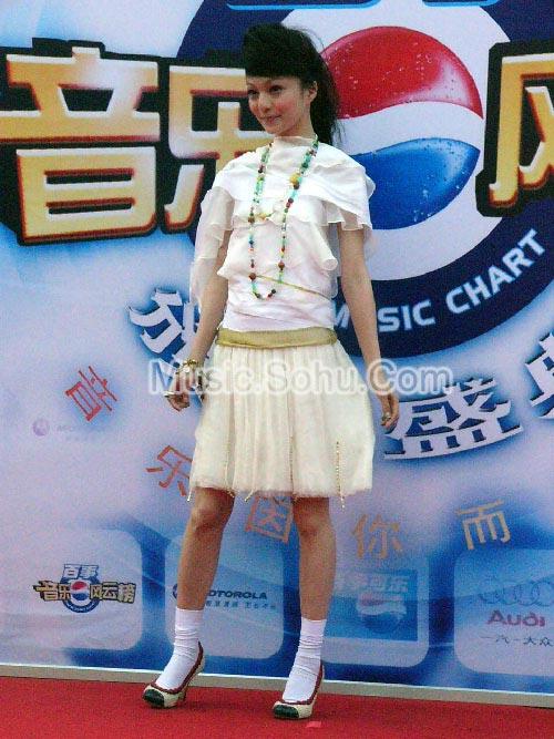 组图:张韶涵白衣短裙搭配长长项链