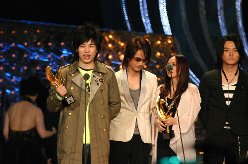 图:胡彦斌和飞儿乐队上台领奖