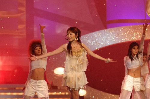图文:蓝沁身穿透明白纱裙登台演唱歌曲