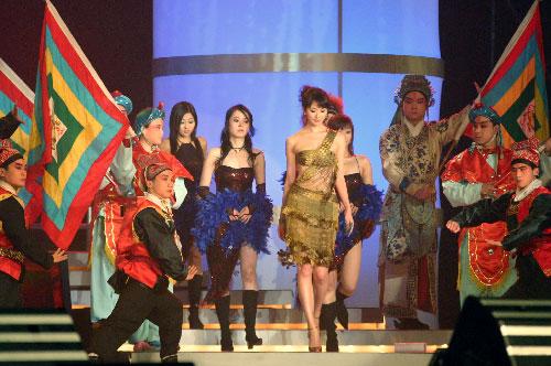 图文:林志玲金色露脐装走上舞台
