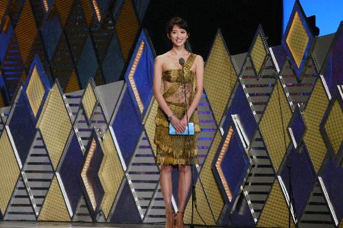 图文:林志玲金色露脐装走上舞台表演歌舞