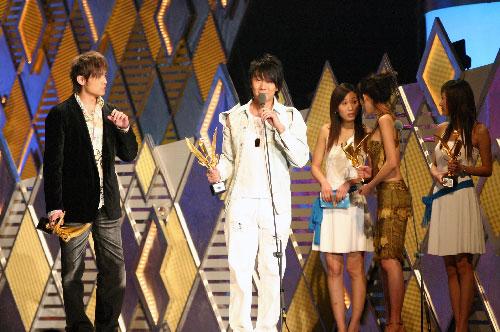 图文:林俊杰一身白色西装登台领奖