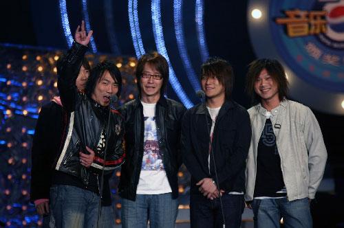 组图:五月天乐队登台领奖 为获奖欢呼
