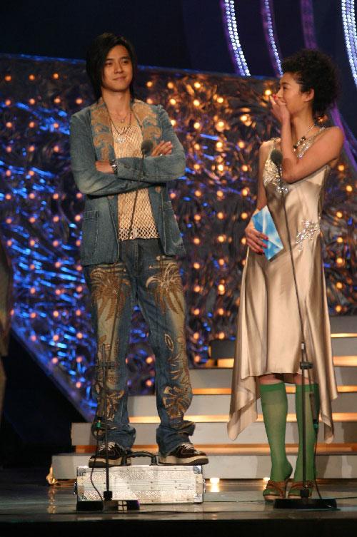 图文:罗志祥站在箱子上与于娜比高低