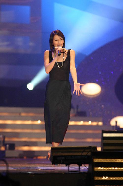 组图:孙燕姿穿黑色连衣裙登台演唱歌曲
