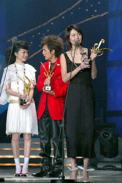 图文:孙燕姿上台领奖 鞋子很是可爱