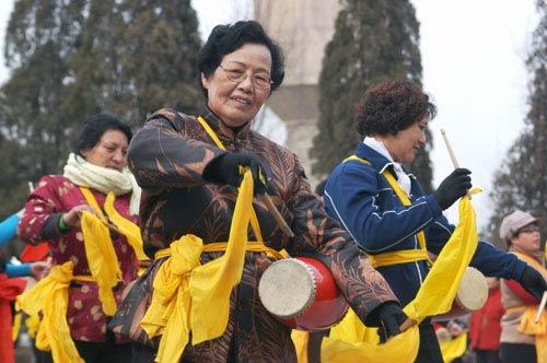 老年大学秧歌队的学员在青山公园里认真练习秧歌舞-宁夏 老年人老有