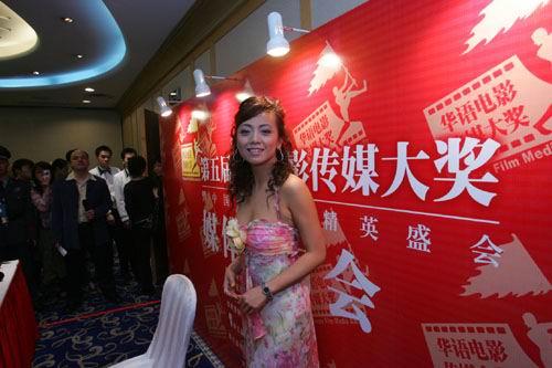 图文:香港演员邓萃雯任颁奖嘉宾
