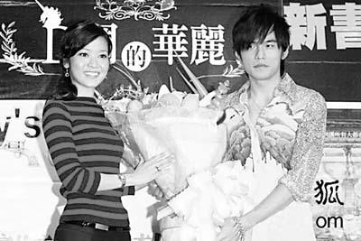 岑伦恋/侯佩岑曾甜蜜地给爱郎送花。...