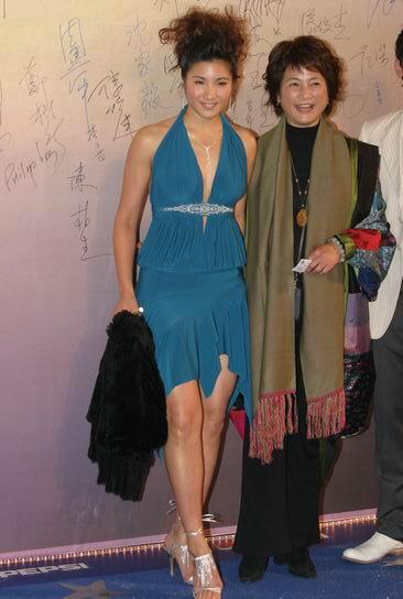 图文:第24届香港金像奖--郑佩佩与女儿原子惠