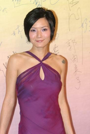 图文:24届香港金像奖 卢巧音露纹身香肩