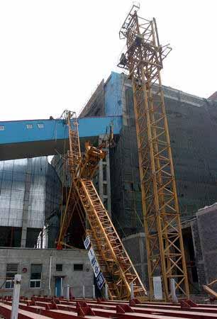 组图:哈尔滨市一建筑工地塔吊倒塌造成2死1伤