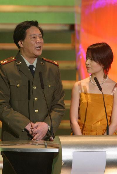 图文:第24届香港金像奖颁奖现场--古月与董洁