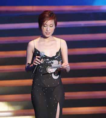快讯:谷祖琳穿黑色透视晚�b上台 内裤隐约可见