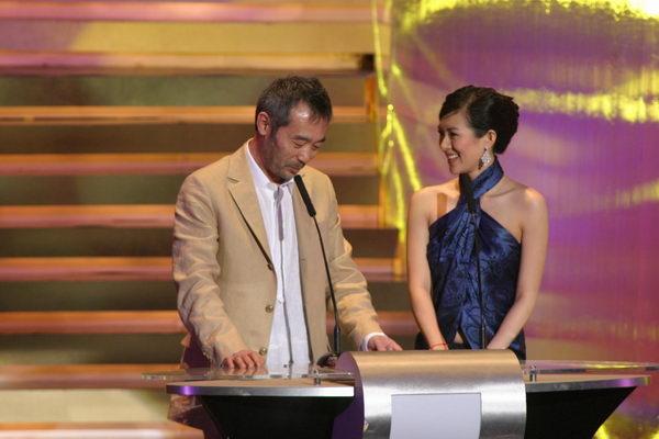 图文:金像奖颁奖现场--田壮壮与章子怡上台