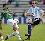 图文:预选赛玻利维亚VS阿根廷 双方争抢