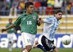 图文:阿根廷2-1玻利维亚 库福雷与对手拼抢
