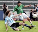图文:阿根廷客场2-1击败玻利维亚 米利托铲球