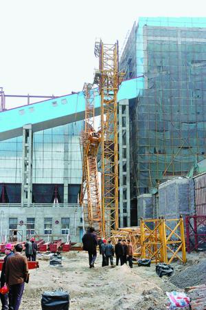 哈尔滨一建筑工地塔吊倒塌(图)